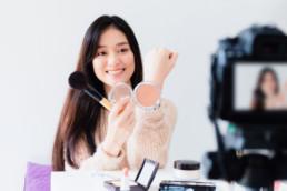 Femme chinoise spécialisée influence marketing dans le social media